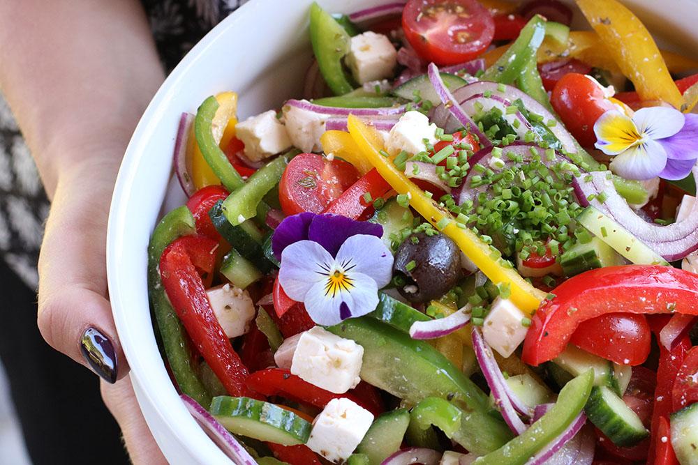 Opskrift på sprød græsksalat