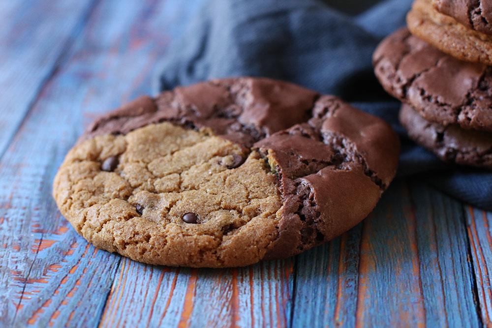 sprøde og gooey brownie cookies