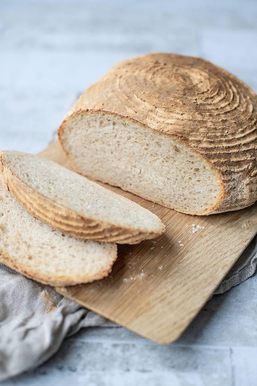 Hjemmebagt franskbrød i hævekurv