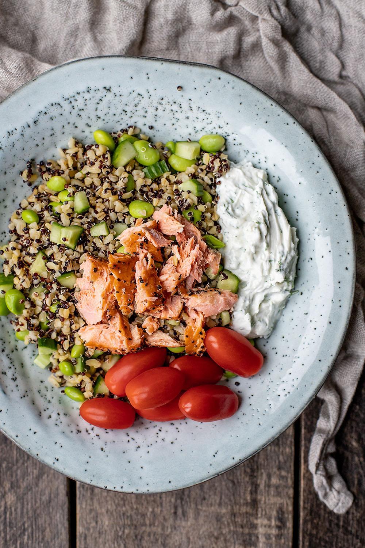 frisk sommersalat med quinoa og varmrøget laks
