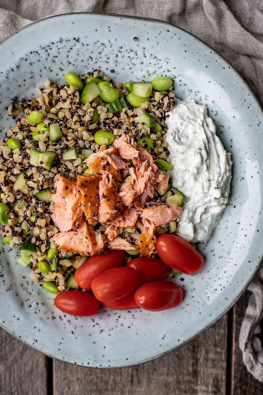 Lækker quinoa salat med varmrøget laks