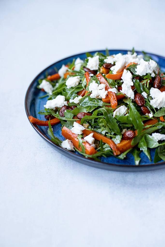 Lækker og sprød salat med bagte gulerødder og feta