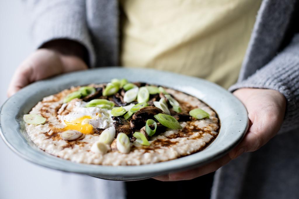Krydret havregrød med svampe og pocheret æg