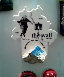 Ímã de geladeira da Alemanha, mostrando o muro de Berlim, presente do amigo André. Foto: CMC, em 31.5.2015
