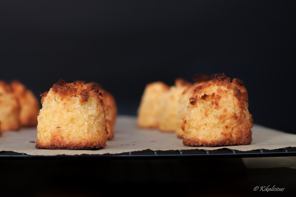Coconut Macaroon- Coquinhos - traditional, super easy and quick with a touch of Porto Wine and Chocolate - via kikalicious.com - #easy #under30 #Coconut-7