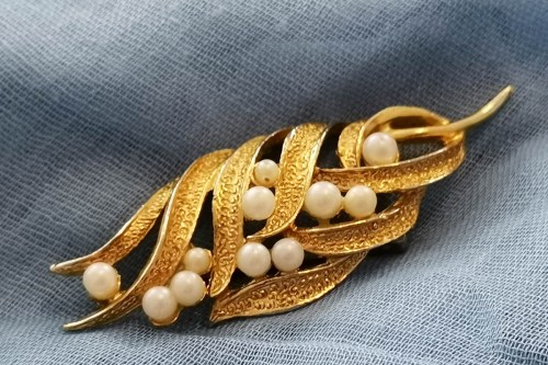 hollywood-pearl-leaf-brooch