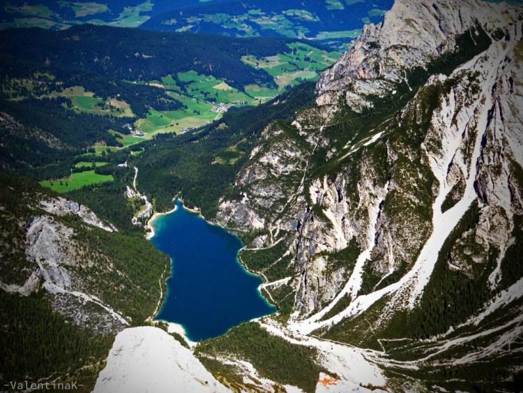 Il lago di Braies visto dalla cima della Croda del Becco