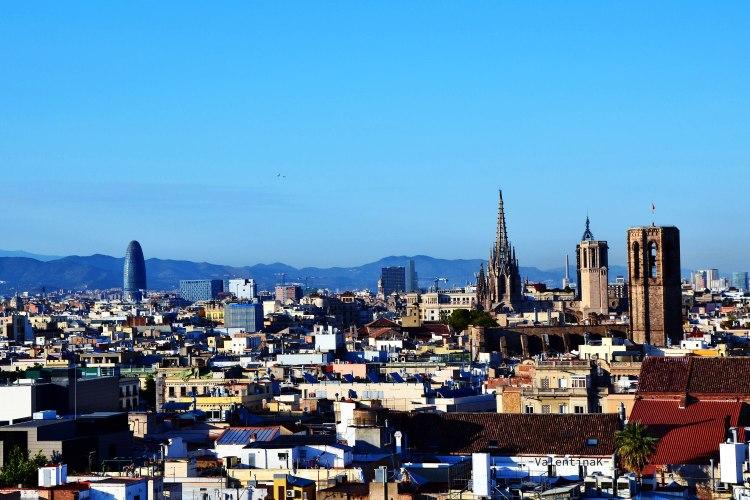 barcellona dall'alto: panorama dalla terrazza del barcelò raval sulla cattedrale e torre agbar
