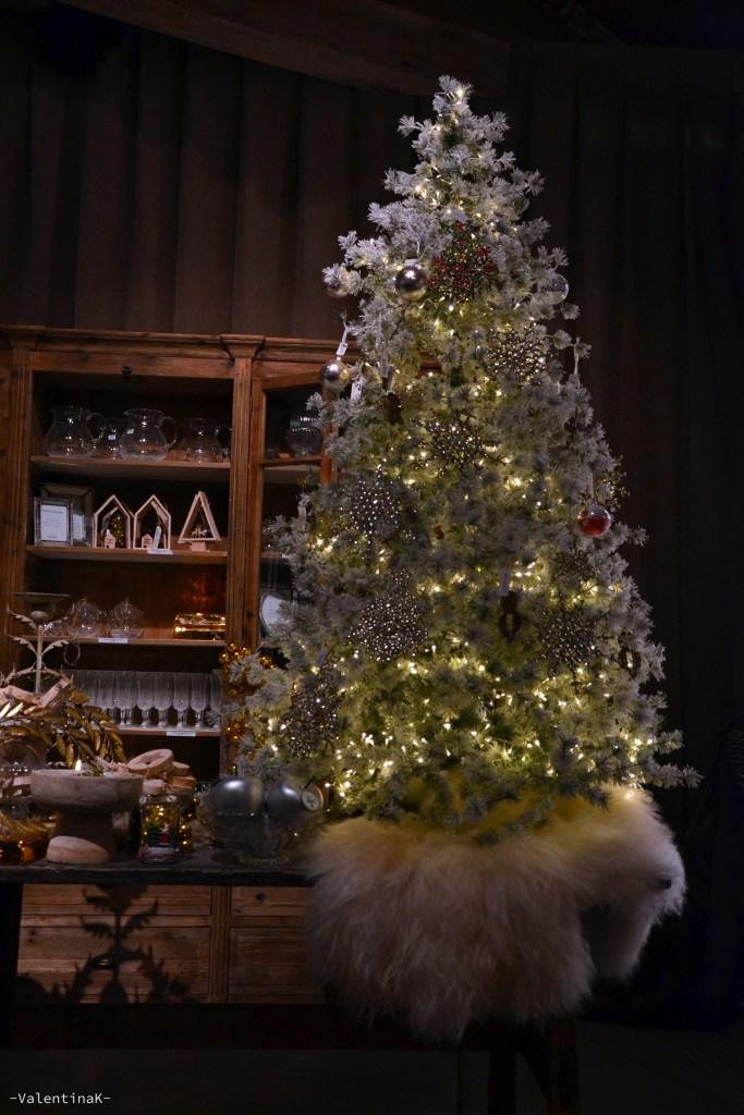 garden bulzaga natale: albero di natale con lucine bianche e decorazioni in legno e vetro