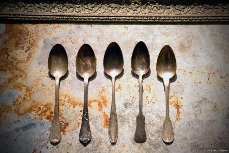 set di antichi cucchiaini in un quadro come decorazione
