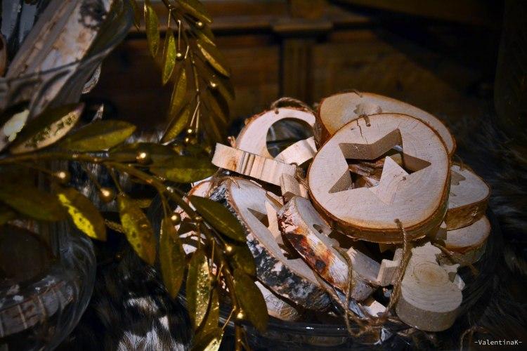 decorazioni in legno, stelle incise su tavolette