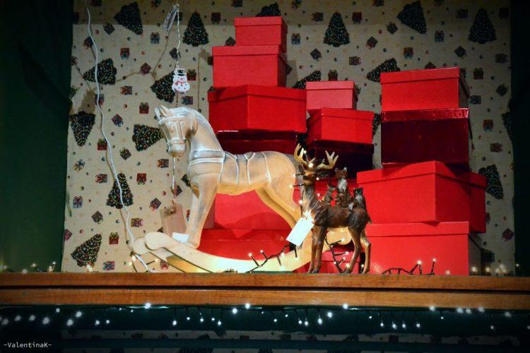 garden bulzaga natale: cavallino a dondolo, pacchi regalo rossi, cervo: giocattoli di natale al garden bulzaga