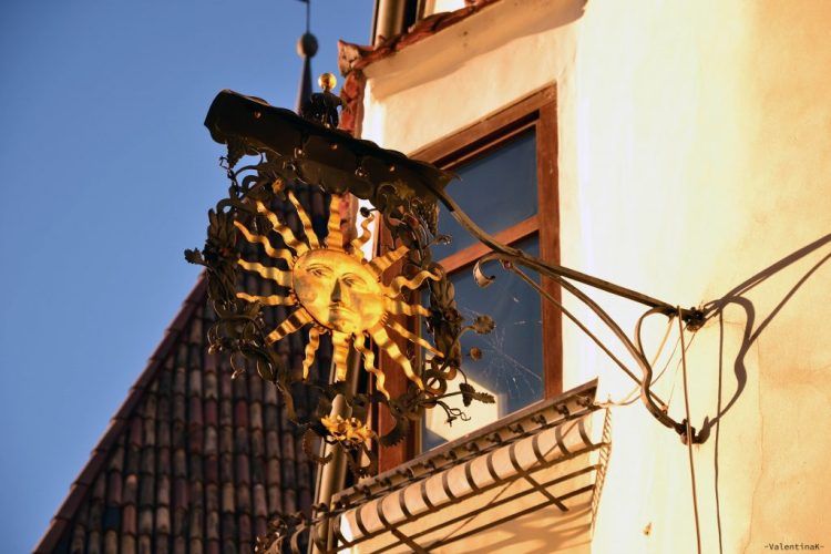 tipica insegna a forma di sole del centro storico di bressanone