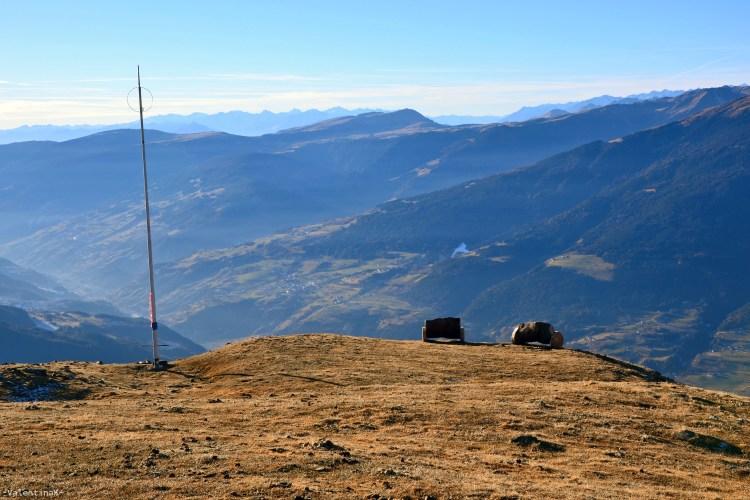 antenna, croce e panchine di legno sul monte telegrafo sulla plose