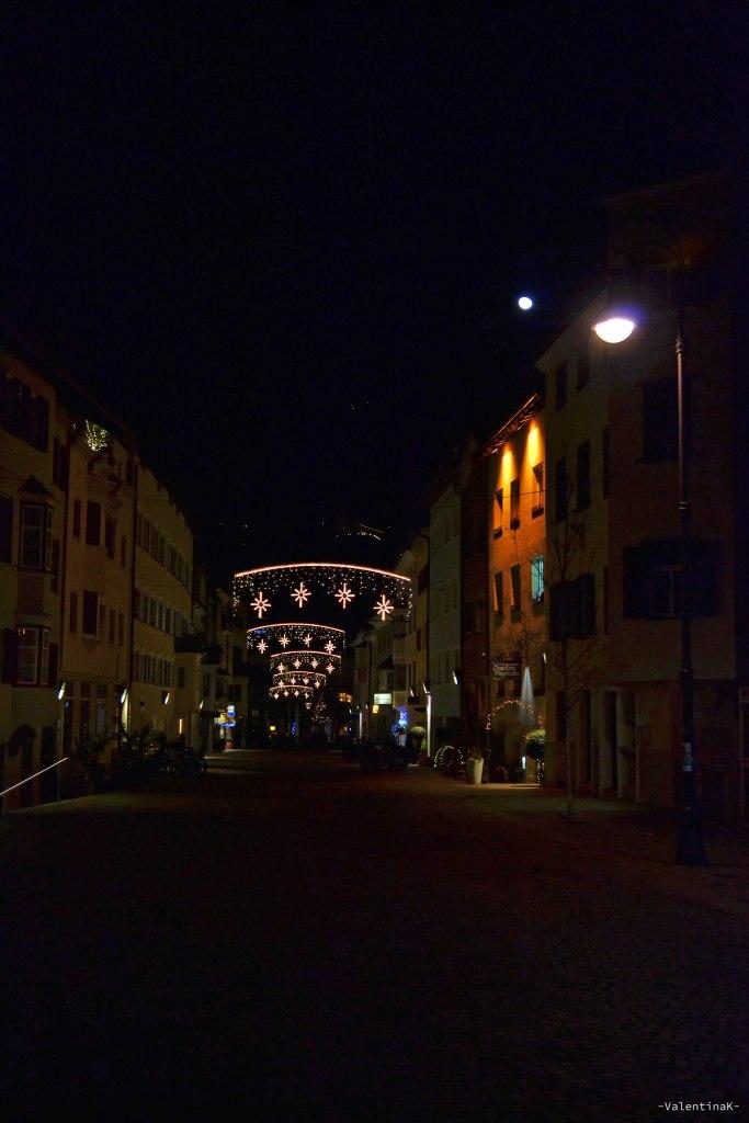 Il natale a Bressanone: strade con decorazioni natalizie e lucine