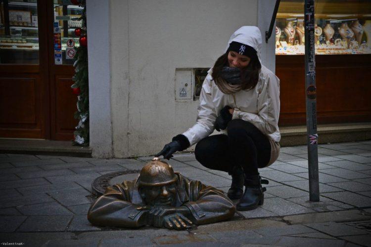 statua di cumil, che sbuca da un tombino di bratislava