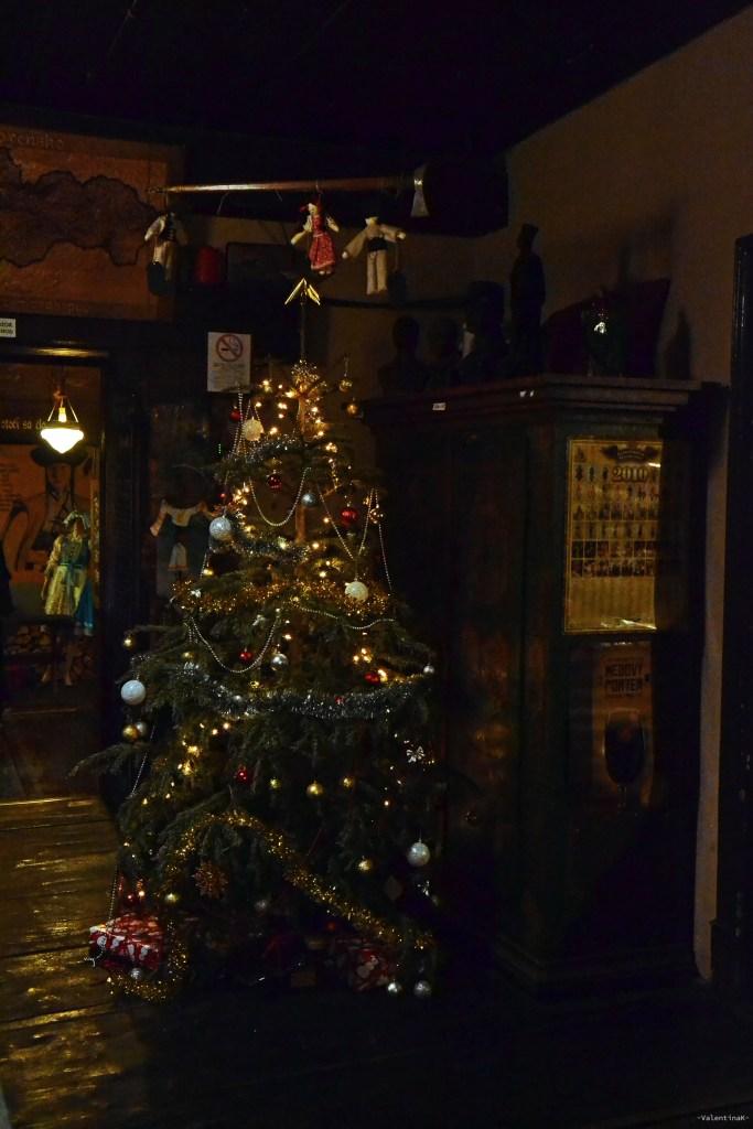 albero di natale e luci soffuse allo slovak pub di bratislava