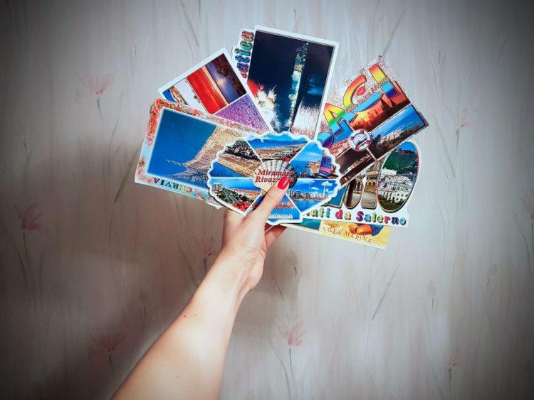 viaggiare negli anni novanta: set di colorate cartoline delle tipiche vacanze anni '90