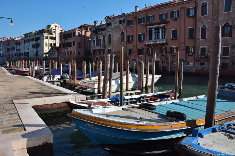 gondole colorate ormeggiate in un canale veneziano