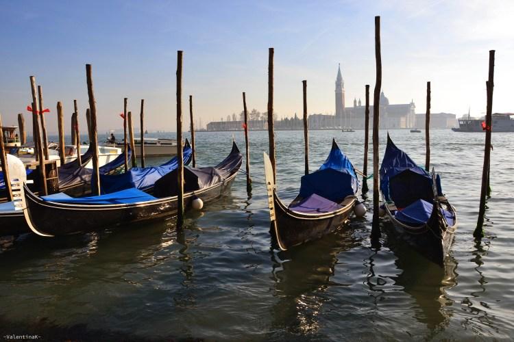 gondole colorate ferme sulla laguna veneziana