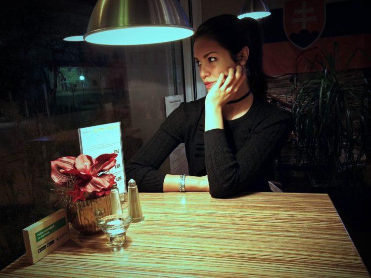 valentina al tavolino rialzato del pulitzer