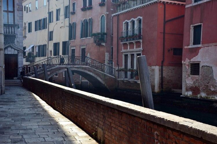 canale veneziano con ponte illuminati dalla misteriosa luce di venezia