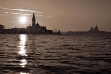 suggestivo tramonto sulla laguna di Venezia in bianco e nero