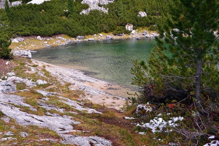 scorcio del lago lagazuoi e di una sua baia