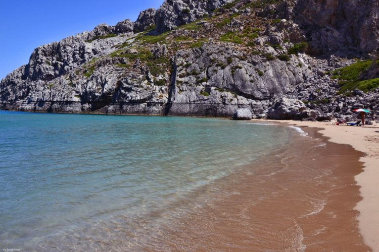 mare cristallino alla spiaggia di tsambika