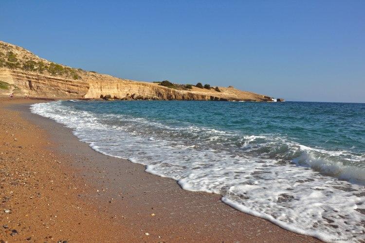 8 spiagge imperdibili sull'isola di Rodi: onde che lambiscono la spiaggia di fourni