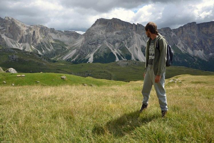 un romagnolo in posa in mezzo alle montagne