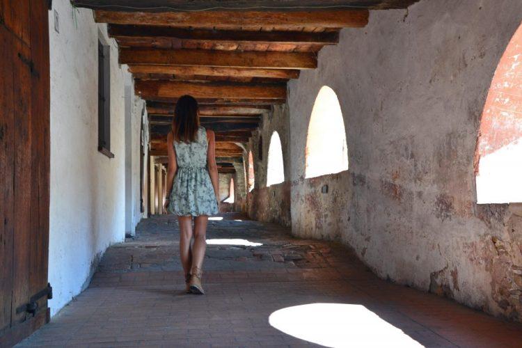 Valentina a spasso per la Via degli Asini a Brisighella