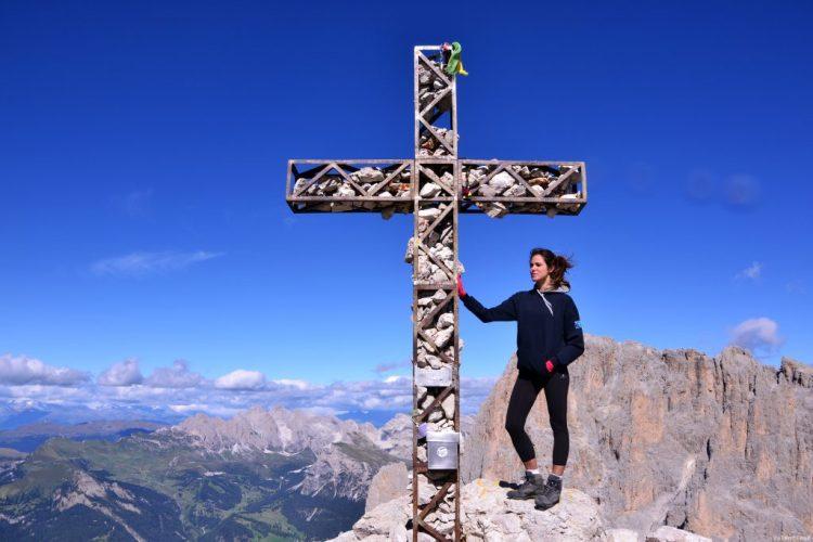 valentina con la croce in cima al sasso piatto
