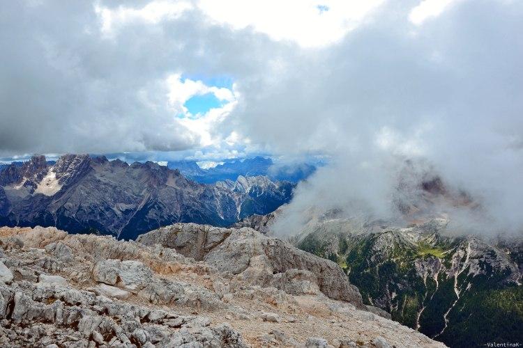 nuvole e frammenti di terra dalla cima del picco di vallandro