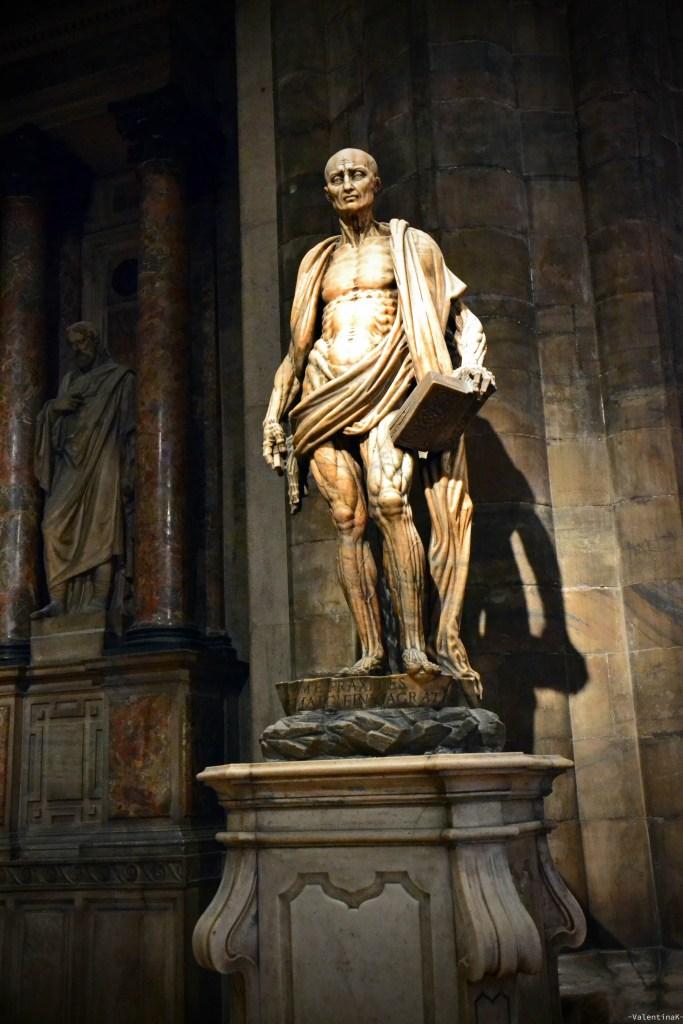 Statua di San Bartolomeo scorticato, con il drappo della propria pelle al duomo di milano