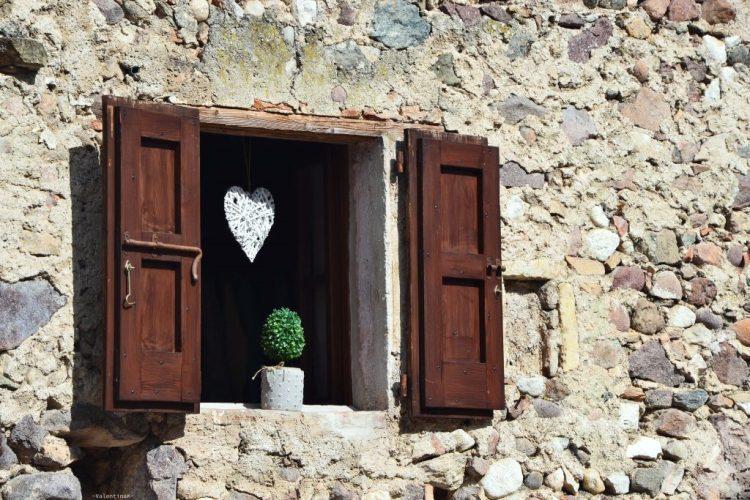 l'arte di accogliere le piccole cose: dettagli di una finestra