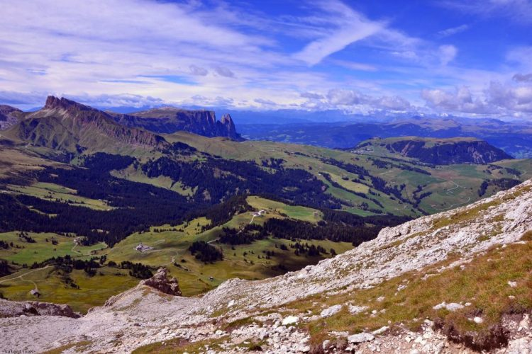 conquistare il sassopiatto: panorama sull'alpe di siusi e sullo sciliar