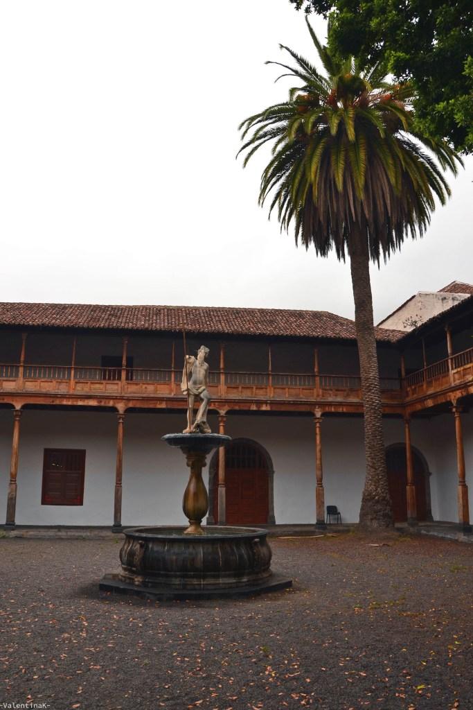 dieci cose che amo di Tenerife: il cortile interno della biblioteca pubblica di Icod de los Vinos