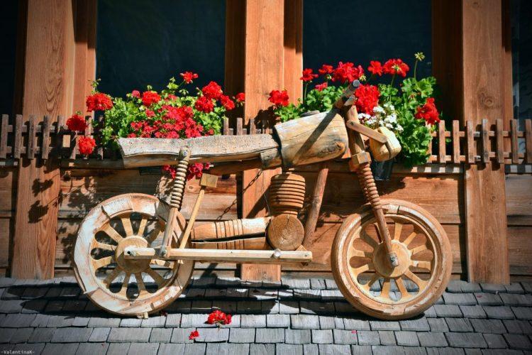 cinque rifugi imperdibili in alta badia: sculture in legno al rifugio edelweiss