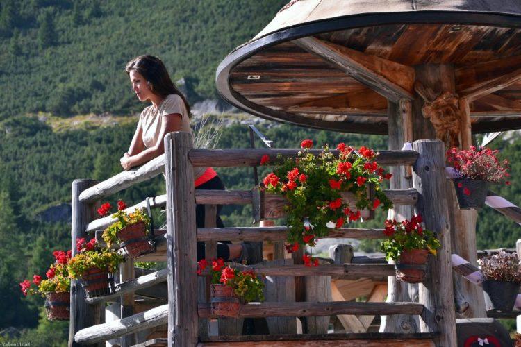 valentina al rifugio stella alpina, sul terrazzino di legno tra i fiori