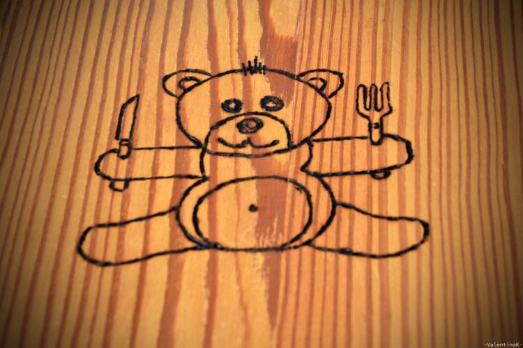 orsetto sulla copertina del menù della tana dell'orso di oies