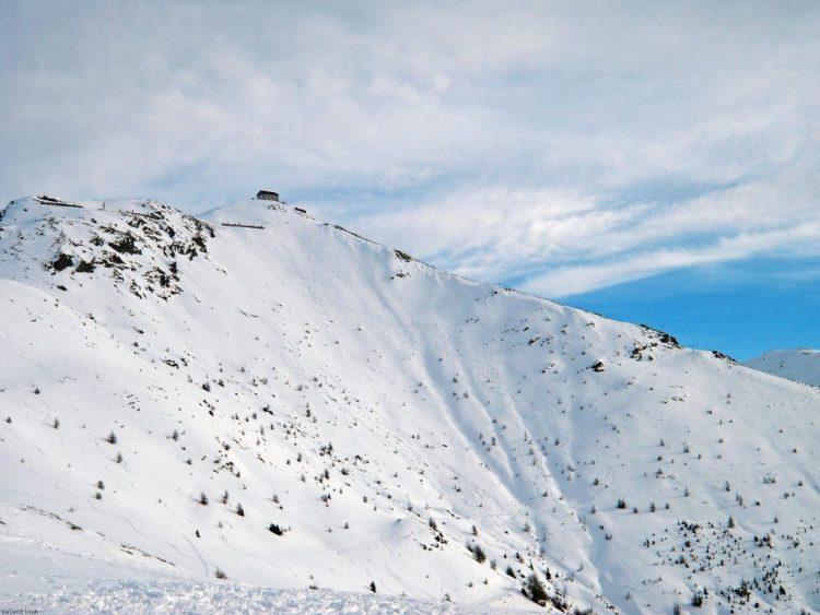 val pusteria in inverno cose da fare: la cima del monte elmo, con casetta e neve