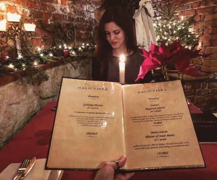 andare a cracovia per natale: valentina che mangia in un bellissimo ristorante natalizio
