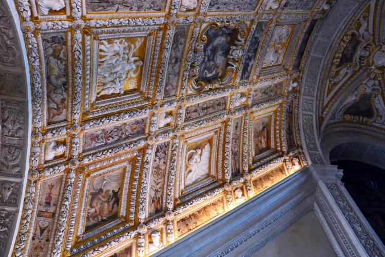 il meraviglioso soffitto intarsiato della scala d'oro, al palazzo ducale di venezia
