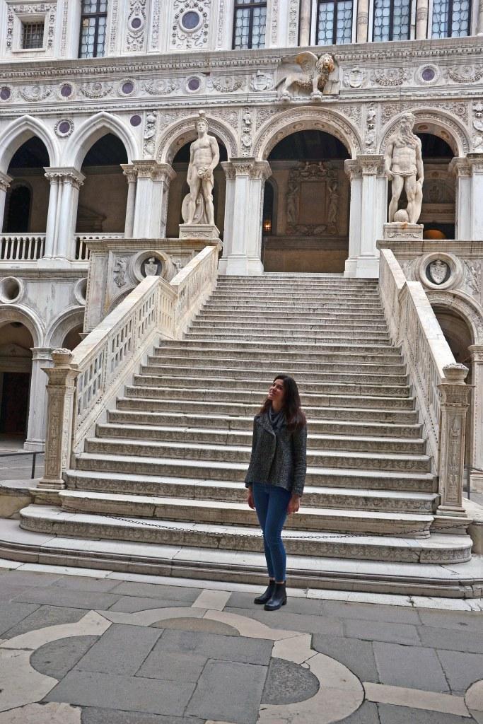 valentina in posa davanti alla scalinata dei giganti
