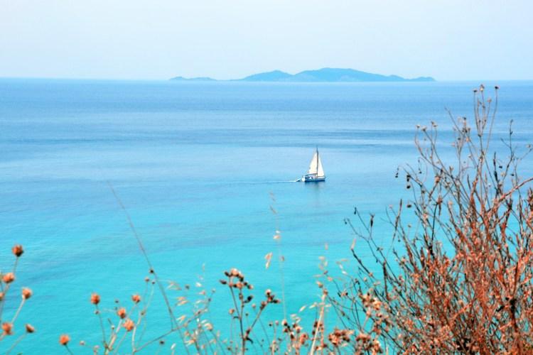 barca solitaria in mezzo al mare di corfù