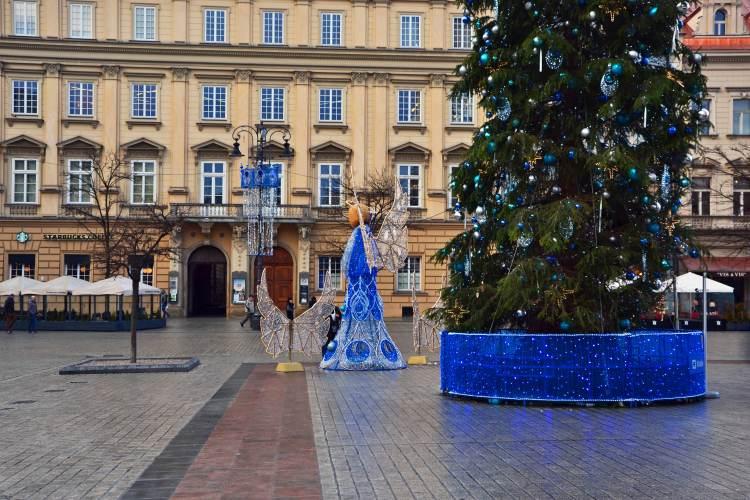 angeli e alberi di natale nella piazza principale di cracovia a natale