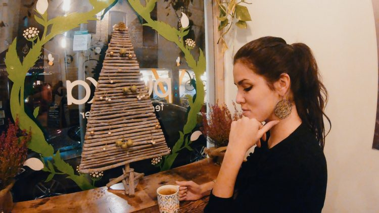 valentina che beve il tè da pukka