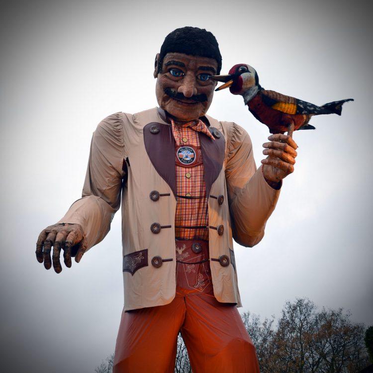 Omone gigante con picchio, simbolo del villaggio bavarese del winter wonderland