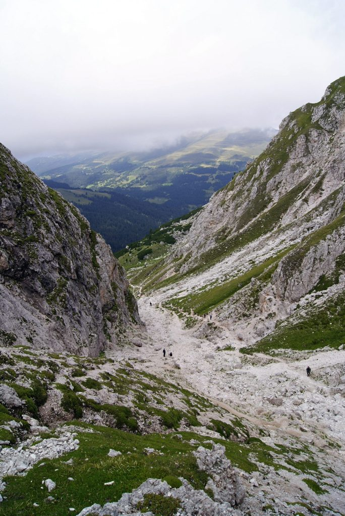 la vista dall'alto della forcella putia verso il sentiero